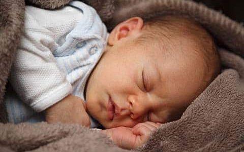 спящо бебе